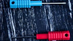 Chaves de fenda para reparar o encontro na tabela Trabalhos domésticos do ` s dos homens reparo Imagem de Stock Royalty Free