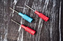 Chaves de fenda para reparar o encontro na tabela Trabalhos domésticos do ` s dos homens reparo Fotos de Stock Royalty Free