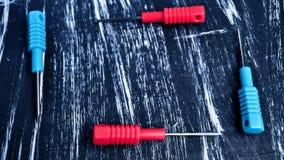 Chaves de fenda para reparar o encontro na tabela Trabalhos domésticos do ` s dos homens reparo Fotografia de Stock