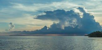 Chaves de Florida em um por do sol com nuvens de tempestade imagem de stock