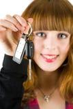 Chaves de oferecimento do carro da mulher das vendas Imagem de Stock Royalty Free