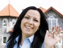 Chaves de sorriso da terra arrendada da mulher Foto de Stock