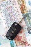 Chaves do carro dos originais e licença do dinheiro e de motoristas Foto de Stock