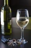 Chaves do carro e um vidro do vinho frio Fotos de Stock Royalty Free