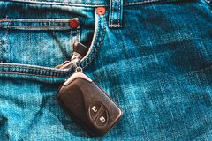 Chaves do carro em um bolso das calças de brim imagens de stock royalty free