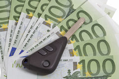 Chaves do carro no fundo de 100 contas do Euro Imagem de Stock