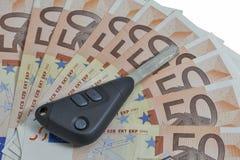 Chaves do carro no fundo de 50 contas do Euro Foto de Stock Royalty Free