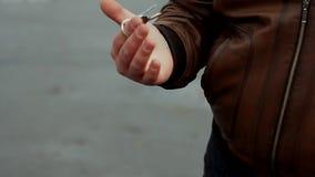 Chaves do carro do rolamento do homem novo no dedo filme