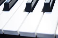 Chaves do piano Close-up de chaves do piano vista frontal próxima foto de stock