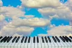 Chaves do piano do céu da música contra o céu Imagens de Stock Royalty Free