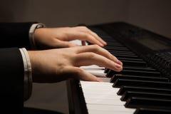 Chaves do piano e mãos humanas Fotos de Stock Royalty Free