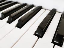 Chaves do piano em preto e branco imagens de stock