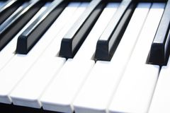 Chaves do piano Feche acima das chaves do piano imagens de stock