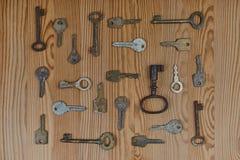 chaves do vintage em uma tabela de madeira Fotografia de Stock Royalty Free