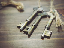 Chaves do vintage na tabela de madeira fotografia de stock royalty free