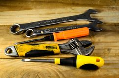 Chaves e chaves de fenda em uma tabela de madeira Fotografia de Stock Royalty Free