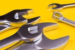 Chaves inglesas de vários tamanhos, no fundo amarelo Fotos de Stock Royalty Free