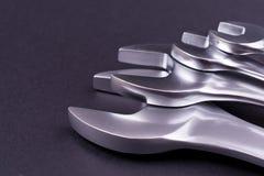 Chaves inglesas de vários tamanhos, no fundo preto Imagem de Stock