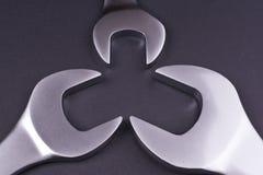 Chaves inglesas de vários tamanhos, no fundo preto Fotos de Stock Royalty Free
