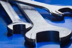 Chaves inglesas em um fundo azul fotografia de stock