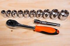 Chaves inglesas metálicas no fundo de madeira Fotografia de Stock