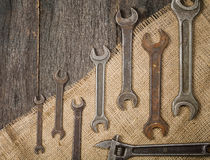 chaves inglesas velhas e oxidadas em um fundo de uma tabela e de um despedida de madeira Fotos de Stock Royalty Free