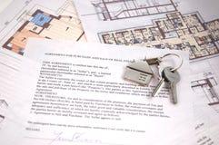Chaves na nota de hipoteca Fotografia de Stock