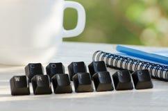 Chaves na tabela, a palavra que copywriting, caderno, lápis, copo, verdes no fundo Foto de Stock Royalty Free