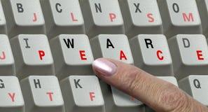 Chaves no teclado e a guerra e a paz da palavra Imagem de Stock Royalty Free