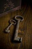 Chaves oxidadas na madeira Fotografia de Stock