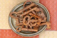 Chaves oxidadas velhas em uma placa antiques Imagem de Stock Royalty Free