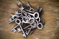 Chaves oxidadas velhas no fundo de madeira Foto de Stock