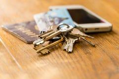 Chaves, passaporte e cartão de crédito fotografia de stock royalty free