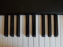 Chaves preto e branco em um piano eletrônico Imagens de Stock
