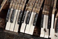 Chaves quebradas do piano foto de stock
