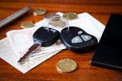 Chaves, telefone e dinheiro do carro Foto de Stock