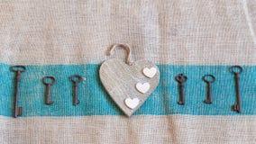Chaves velhas do metal e corações brancos Foto de Stock Royalty Free
