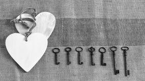 Chaves velhas do metal e corações brancos Fotos de Stock
