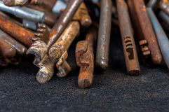 Chaves velhas oxidadas no preto Fotos de Stock