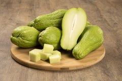 The chayote (Sechium edule) is a vegetable native to south america. Chuchus sobre uma madeira inteiros e em patacos royalty free stock images