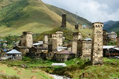 Chazhashi-Dorf mit verstärkten mittelalterlichen Türmen, Svaneti, Georgia stockbilder