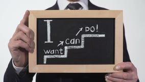 Chcę mogę robić motywacja zwrotowi pisać na blackboard w biznesmen rękach zdjęcie wideo
