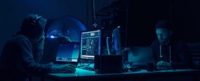 Chcieć hackery koduje wirusowego ransomware używać laptopy i komputery Cyber atak, systemu łamać i malware pojęcie, fotografia stock