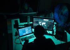 Chcieć hackery koduje wirusowego ransomware używać laptopy i komputery Cyber atak, systemu łamać i malware pojęcie, obraz stock