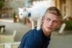 Chcieć znać o everything Kotów stojaki na plecy jego właściciel Szczęśliwy mężczyzna na spacerze z kota zwierzęciem domowym Mięśn zdjęcie stock