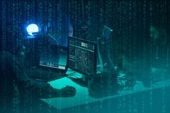 Chcie? hackery koduje wirusowego ransomware u?ywa? laptopy i komputery Cyber atak, systemu ?ama? i malware poj?cie, zdjęcie stock