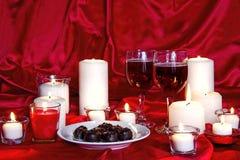 Chcolates, vinho e velas Fotografia de Stock