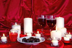 Chcolates, vino y velas Fotografía de archivo