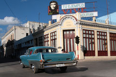 Che and Classic old American car in Cienfuegos Royalty Free Stock Images