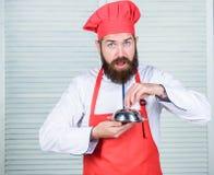 Che cosa è sotto il coperchio Presentazione deliziosa del pasto Il haute cuisine hanno caratterizzato la preparazione meticolosa  fotografie stock libere da diritti